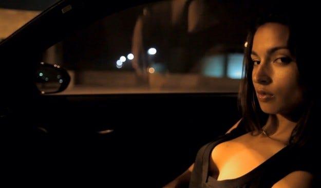 Видео: BMW M3 и секси брюнетка на пасажерската седалка