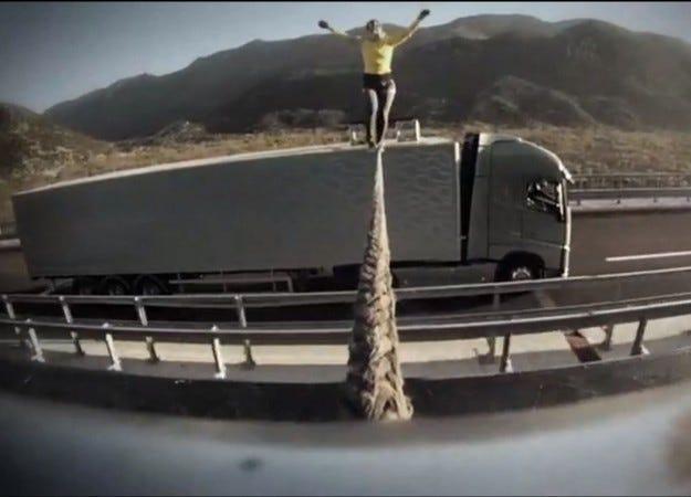 Видео: Световната рекордьорка ходи по въже между два ускоряващи камиона