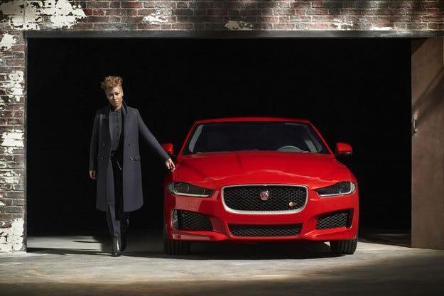 Jaguar вече публикува изображение на седана XE