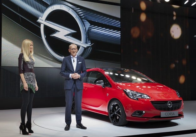 Opel отбелязва световната премиера с Клаудия Шифър