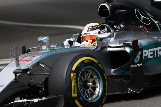 Mercedes се огъна за двигателите
