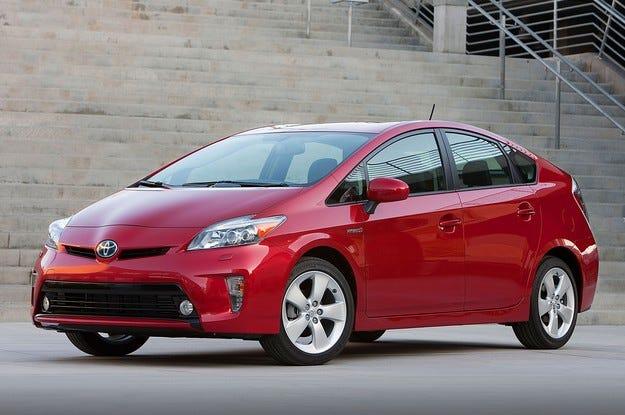Toyota отзовава 625 000 автомобила Prius заради софтуер