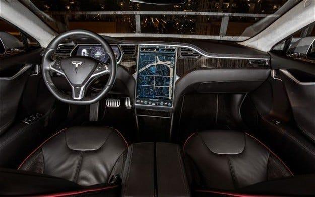 Хакери изключиха мотора на Tesla по време на шофиране