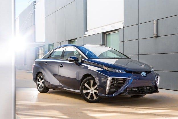 Европа посреща първия сериен водороден Toyota Mirai