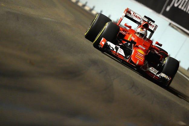 Гран при на Сингапур: Фетел спря серията на Mercedes