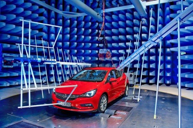 Opel Astra в центъра за електромагнитна съвместимост