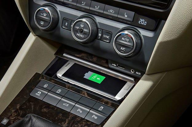 Skoda Octavia и Superb с безжично зареждане на смартфони