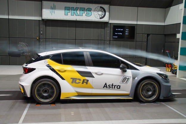 Отлична аеродинамика: Най-добри условия за Opel Astra TCR
