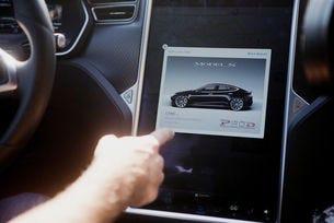 """Германия поиска от Tesla да не използва термина """"автопилот"""""""