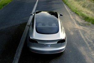 Бюджетната Tesla със слънчеви панели на покрива