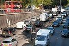 Глобяват шофьори в Лондон със запален двигател на паркинг