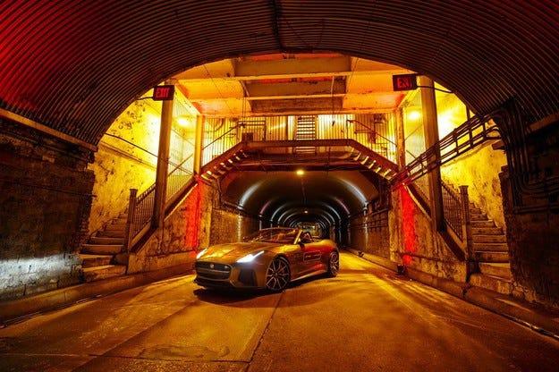 Jaguar изрева с 320 км/ч в тунела на парк Авеню в Ню Йорк