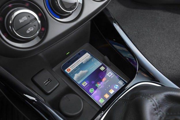Opel предлага подредено и удобно безжично зареждание