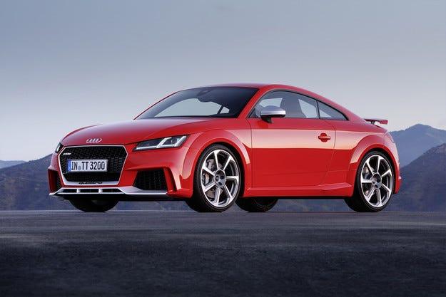 Новото Audi TT RS мери сили със суперавтомобила R8