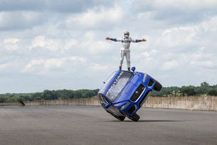 Jaguar F-PACE впечатли Гудууд с двуколесно шофиране