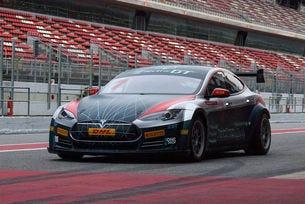 Пистовата Tesla S P100D ще мери сили в десет състезания