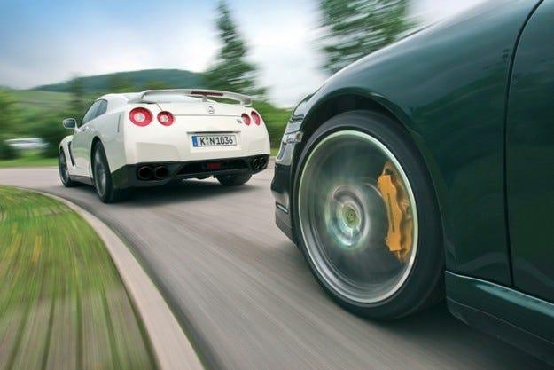 Nissan GT-R срещу Porsche 911 Turbo