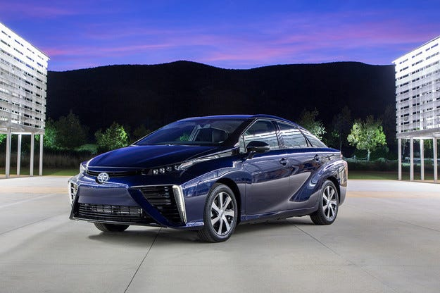 Toyota представи водородния седан Mirai
