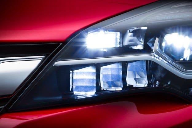 Новият Opel Astra с IntelliLux матрични LED светлини