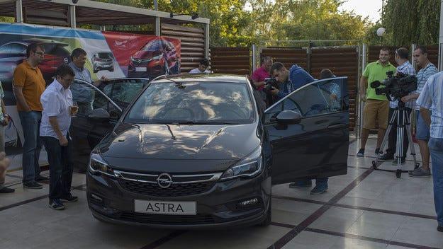 Стилен дебют на новия Opel Astra в центъра на София