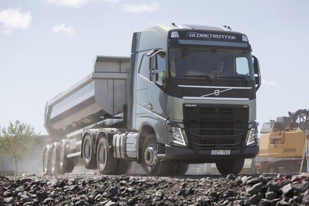 Нова функция на Volvo Trucks: Повдигане на тандемния мост