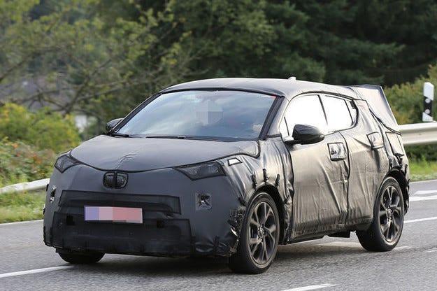 Новият Toyota C-HR (2016): Стартира по-малък кросоувър