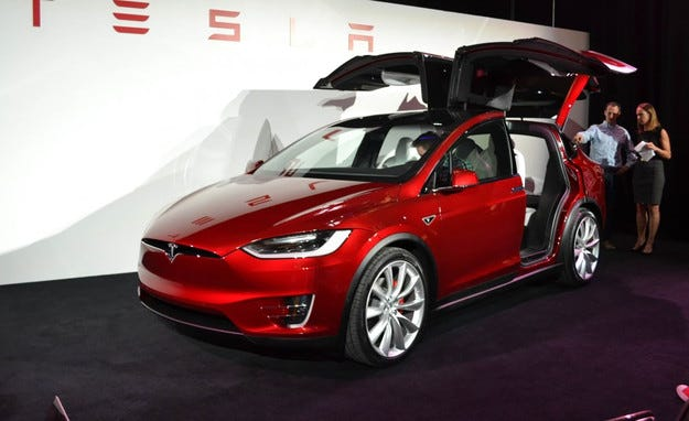 Tesla показа първия кросоувър в историята си (видео)