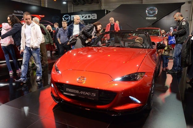 Mazda представи изцяло червена експозиция на салона