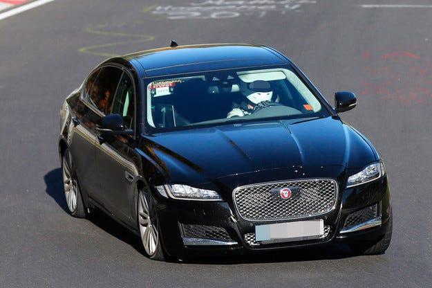 Тестват удължената версия на Jaguar XF на Нюрбургринг