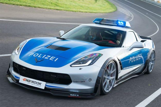 Преобразиха Chevrolet Corvette в полицейски автомобил