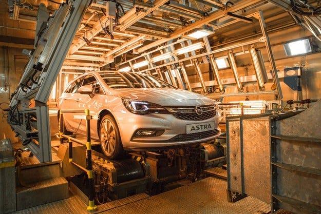 Opel Astra Sports Tourer в камерата за климатични изпитания