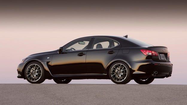 Пратиха в пенсия спортния модел Lexus IS F
