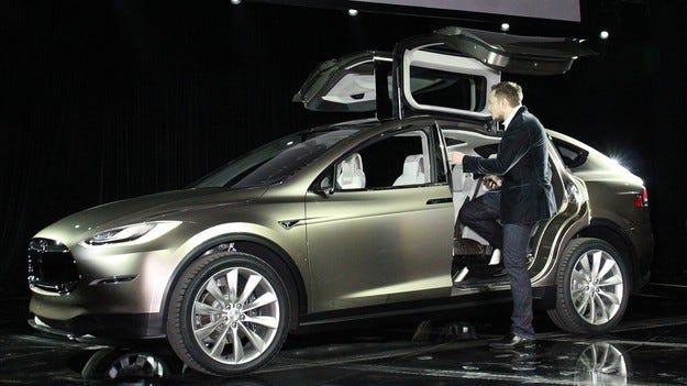 Tesla е затрупана с поръчки за новия Model X