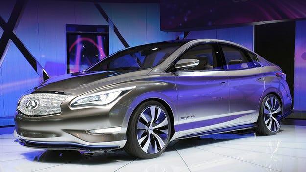 Infiniti произвежда седан с електромотор