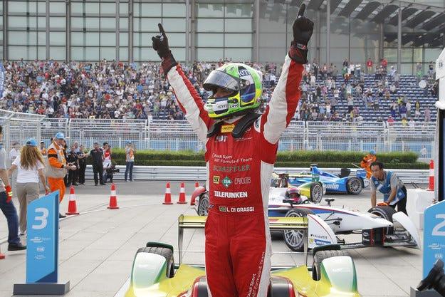 Ди Граси спечели при дебюта на електрическите формули