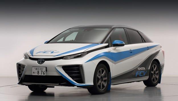 Водородната Toyota FCV се появява на състезателното трасе
