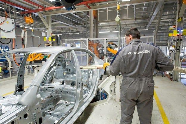Volkswagen намалява персонала в завода в Калуга