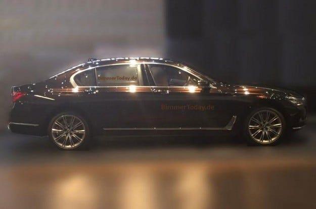 Новият BMW Серия 7 е издебнат без камуфлаж