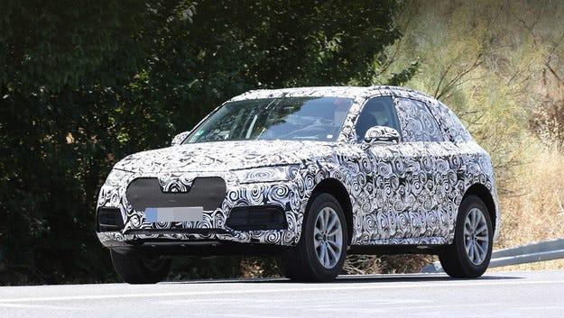 Новият кросоувър Audi Q5 е издебнат на пътни тестове