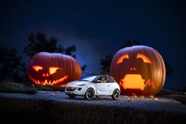 Весел Хелоуин - Opel ADAM се преборва с гладните тикви