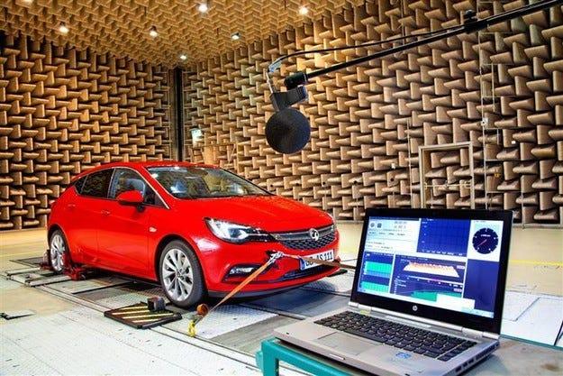 Новият Opel Astra на тестове в акустичната лаборатория
