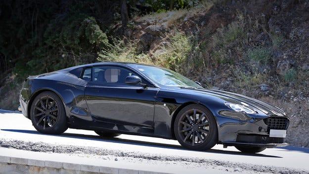 Купето Aston Martin DB11 ще получи V12 двигател (видео)