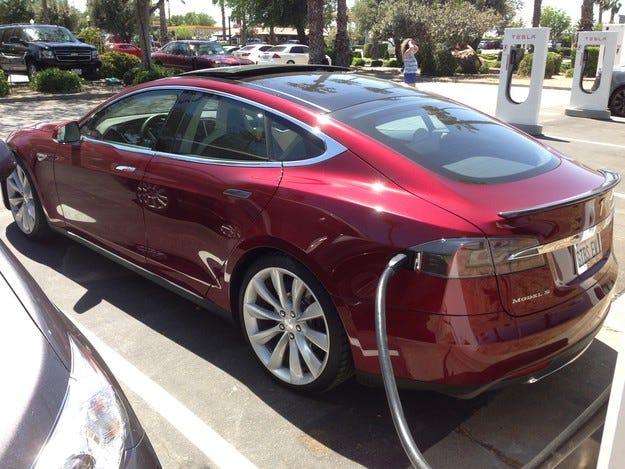 Tesla влиза в гаража с помощта на умен часовник (видео)