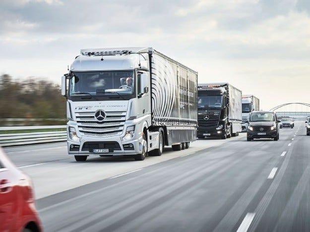 Безпилотните камиони на Mercedes-Benz се движат в колона