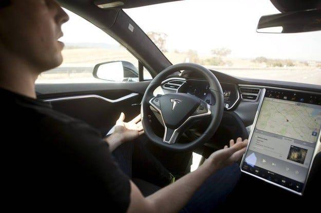 Работата на новия автопилот на Tesla (видео)