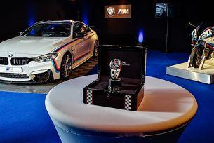 Предлагат BMW M4 Coupe с мотоциклет и часовник