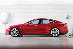 Tesla слага зарядни в домовете на клиентите си
