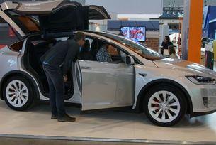 Daimler тества тайно електромобила Tesla Model X