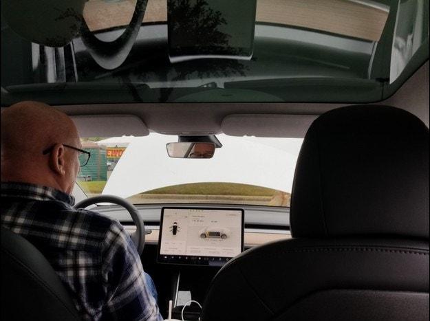 Tesla закъса с недостиг на Аlcantara за Model 3