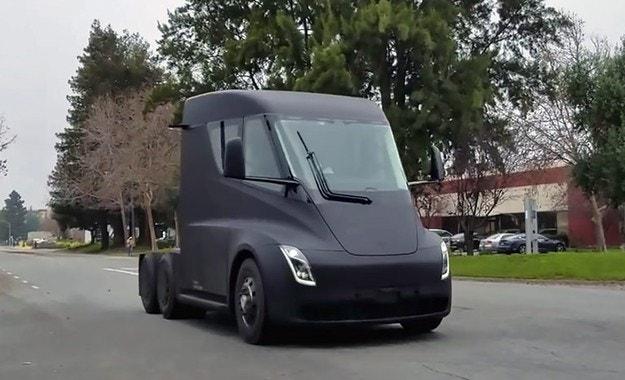 Издебнаха електрическия камион Tesla без камуфлаж